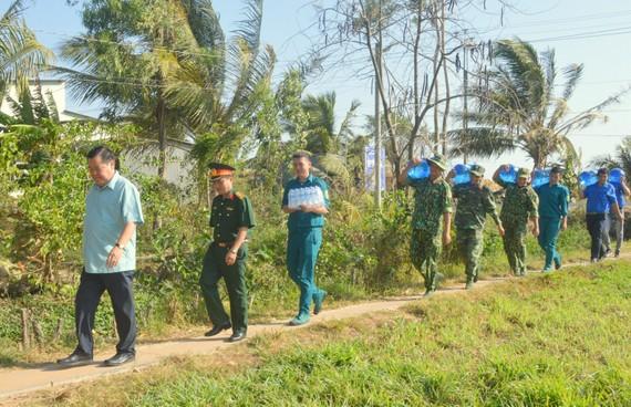 Lực lượng vũ trang tỉnh Sóc Trăng chuyển nước uống miễn phí đến các hộ dân vùng bị ảnh hưởng nghiêm trọng bởi hạn mặn
