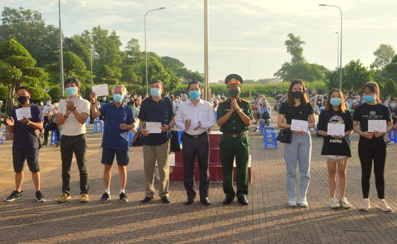 Trao giấy chứng nhận hoàn thành thời gian cách ly cho 140 công dân Việt Nam trở về từ Canada, Hàn Quốc. Ảnh: TUẤN QUANG