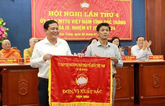 Ông Lâm Văn Mẫn, Bí thư Tỉnh ủy Sóc Trăng trao Cờ thi đua xuất sắc năm 2020 cho Ủy ban MTTQ tỉnh Sóc Trăng. Ảnh: TUẤN QUANG