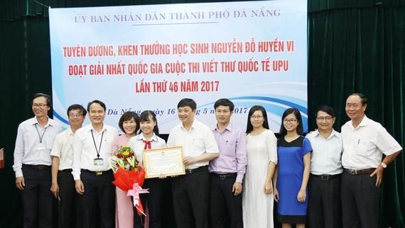 Lãnh đạo UBND TP Đà Nẵng tặng bằng khen và tiền thưởng cho em Nguyễn Đỗ Huyền Vi