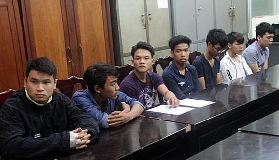 Nhóm 7 đối tượng đập phá ô tô bị Công an quận Hải Châu bắt giữ    Ảnh: NGUYÊN KHÔI