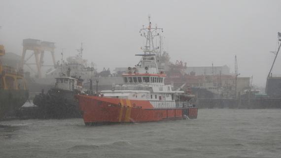 Tàu SAR 412 cứu 11 ngư dân cùng tàu cá trôi dạt trên biển
