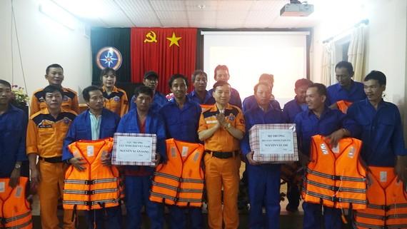 Trung tâm phối hợp tìm kiếm cứu nạn hàng hải khu vực II tặng áo phao cho các ngư dân tàu BĐ 95368 TS