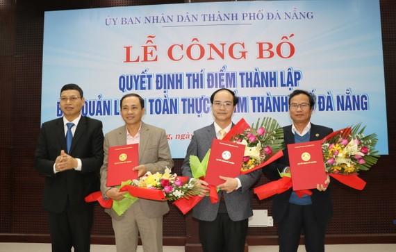 Ông Hồ Kỳ Minh, Phó Chủ tịch UBND TP Đà Nẵng trao quyết định bổ nhiệm nhân sự cho Ban quản lý An toàn thực phẩm thành phố Đà Nẵng