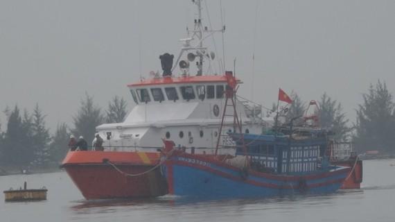 Tàu SAR 274 cứu 4 thuyền viên và lai dắt tàu cá gặp nạn trên biển về đất liền an toàn