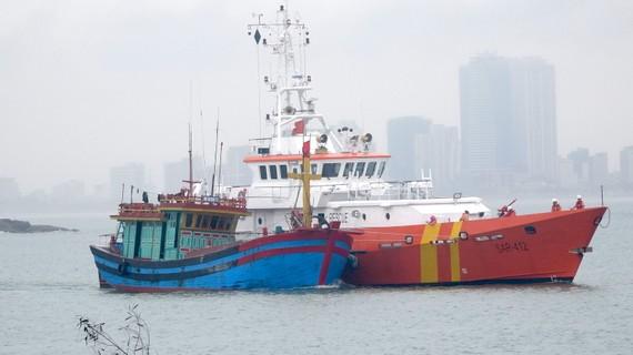 Tàu SAR 412 đưa tàu cá NĐ 92268 TS cùng 6 thuyền viên về đến Đà Nẵng an toàn