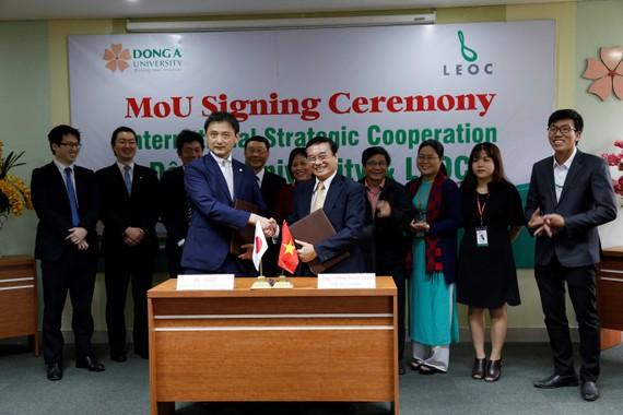 Ông Takei – Đại diện Tập đoàn LEOC và ông Lương Minh Sâm – Phó Hiệu trưởng Đại học Đông Á ký kết hợp tác chiến lược
