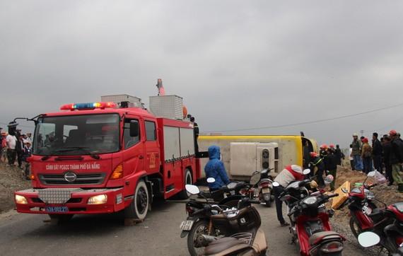 Xe khách chở người dân về quê ăn tết bị lật