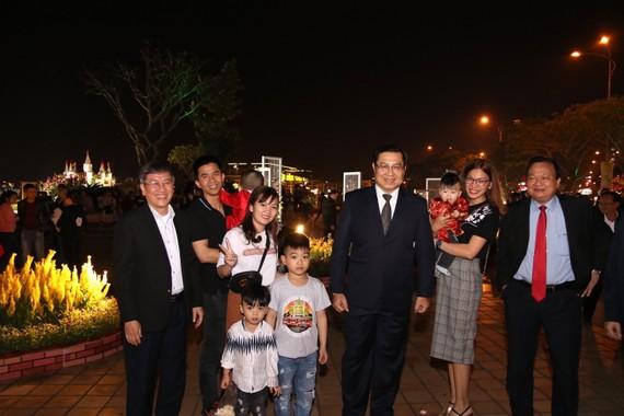 Chủ tịch UBND TP Đà Nẵng Huỳnh Đức Thơ đi thăm đường hoa xuân và chụp ảnh chung với người dân