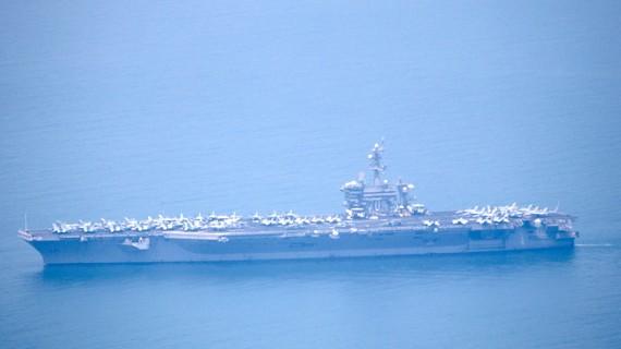 Tàu sân bay USS Carl Vinson đang tiến vào cảng Tiên Sa - Đà Nẵng