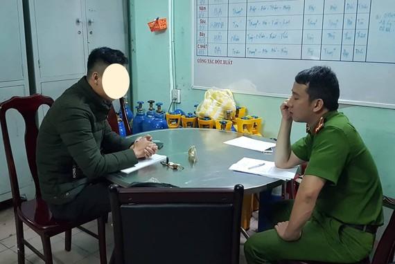 Anh Hứa Vĩnh Nhân, phóng viên Báo Giao Thông trình báo vụ việc với Công an phường Thạch Thang, TP Đà Nẵng