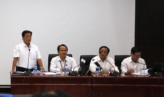 Ông Nguyễn Thanh Xuân (đứng), Phó Chủ tịch UBND quận Thanh Khê phát biểu tại buổi họp báo