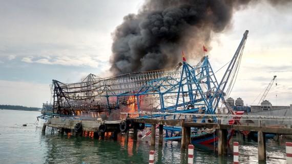 Tàu chụp mực tiền tỷ bị lửa thiêu rụi tại cảng Kỳ Hà