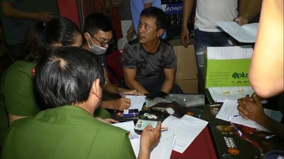 Lực lượng Công an phá ổ cá độ bóng đá qua mạng tại quán cà phê