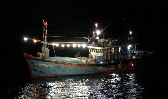 Tàu SAR 412 tiếp cận ĐNa 90727TS và cấp cứu ngư dân  bị tai biến mạch máu não