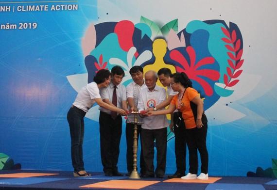 Ban tổ chức đốt đèn khai mạc chương trình