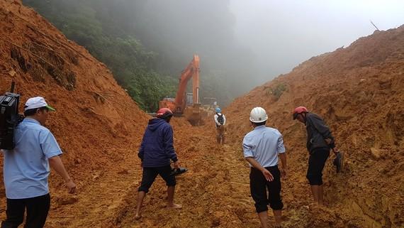 Đơn vị quản lý đường bộ đã cho hàng loạt máy múc lên để dọn dẹp, thông tuyến nhưng do khối lượng đất đá bị sạt lở lớn cùng với nhiều điểm nên không thể đẩy nhanh tiến độ