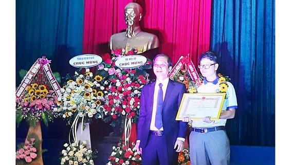 PGS.TS Nguyễn Bá Chiến, Hiệu trưởng Trường Đại học Nội vụ Hà Nội trao học bổng cho thủ khoa đầu vào năm học 2019-2020