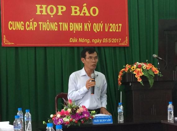 Ông Ngô Xuân Lộc cho biết 2 chiếc xe do doanh nghiệp tặng được sử dụng vào công việc chung của tỉnh. Ảnh CÔNG HOAN.