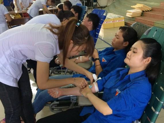Thanh niên tỉnh Đắk Lắk tham gia hiến máu tình nguyện tại chiến dịch tình nguyện hè 2017. Ảnh CÔNG HOAN.