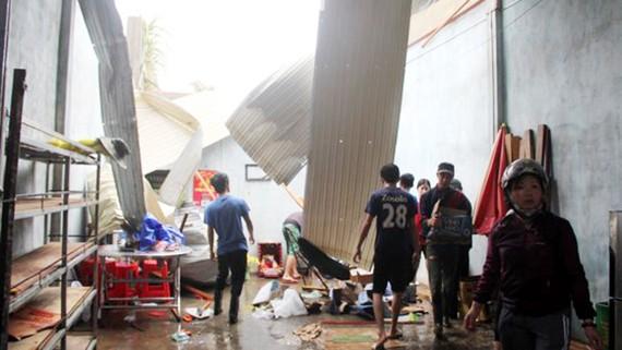 Trận mưa đá kèm lốc xoáy kéo dài 20 phút thổi bay nhiều mái nhà của người dân