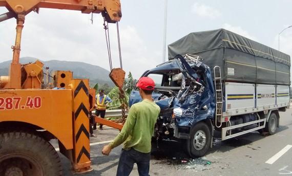 Phần trước của xe tải bị biến dạng