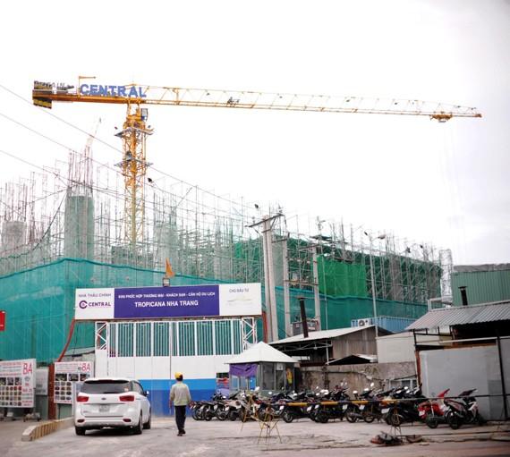 Một công trình có cần cẩu nằm ngay trên đường Trần Phú, Nha Trang