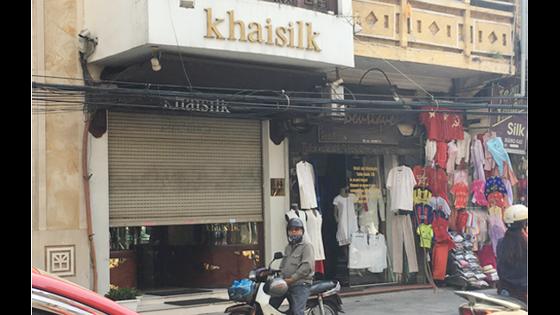 """Cửa hàng của Khaisilk ở 113 Hàng Gai, quận Hoàn Kiếm (Hà Nội) nơi người mua phát hiện khăn lụa được bán có cả nhãn mác """"made in China"""" lẫn với nhãn """"made in Vietnam""""."""