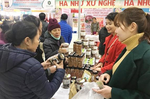 Người tiêu dùng tham quan và mua các sản phẩm tại hội chợ xuân sáng 6-2
