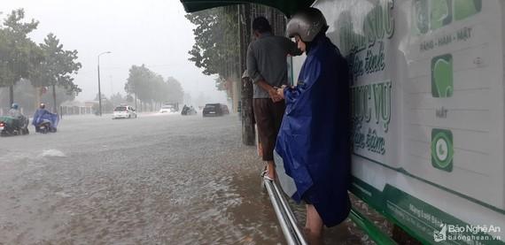 TP Vinh, tỉnh Nghệ An vừa trải qua một trận mưa gió, ngập lụt nặng nề vào tuần trước, chỉ bởi 1 đợt không khí lạnh. Ảnh: Báo Nghệ An