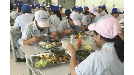 Một bữa ăn ca của công nhân ở TP Hải Phòng. Ảnh: VĂN PHÚC