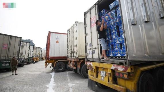 Hàng trăm xe nông sản, hàng hóa ùn ứ tại cửa khẩu Tân Thanh (Lạng Sơn). Ảnh: VOV