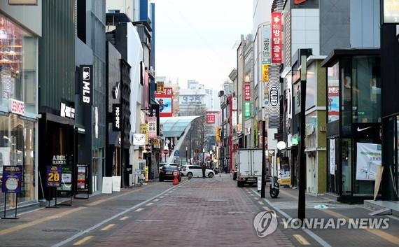 Dongsung-ro, một khu mua sắm lớn ở Daegu, cách Seoul 300 km về phía đông nam, gần như vắng người trong ngày 26-2. Ảnh: YONHAP