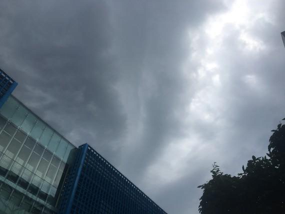 Cơn dông sầm sì đang kéo tới, nhiều người dân Hà Nội mong chờ mưa xuống cho bớt nóng. Ảnh: VĂN PHÚC