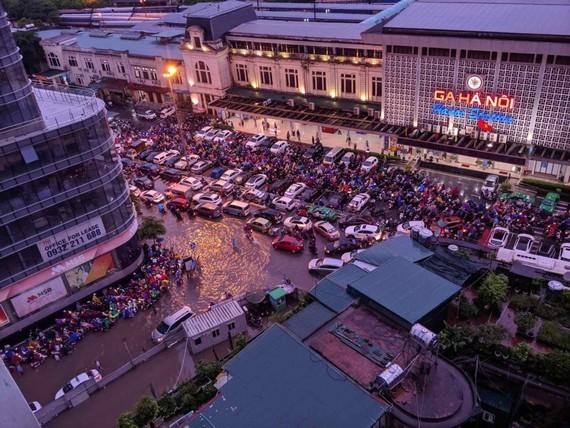 Khu vực đường Trần Hưng Đạo, Lý Thường Kiệt, Lê Duẩn quanh ga Hà Nội bị ngập và ùn tắc giao thông vào chiều 17-8. Ảnh: CTV