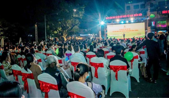 Người tiêu dùng đến quảng trường Đông Kinh Nghĩa Thục (Hà Nội) để tham dự lễ khai mạc chương trình kết nối thực phẩm an toàn ngành công thương năm 2020