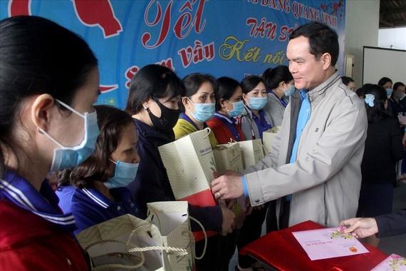 Chủ tịch Tổng LĐLĐ Việt Nam Nguyễn Đình Khang tới thăm và trao quà hỗ trợ công nhân lao động ở tỉnh Bình Định nhân Tết Tân Sửu. Ảnh do Tổng LĐLĐ VN cung cấp