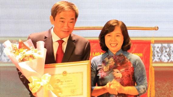 Bà Phạm Thị Ngọc Oanh, đại diện Công đoàn Giáo dục Việt Nam trao bằng khen cho Trường ĐH Quốc tế Hồng Bàng