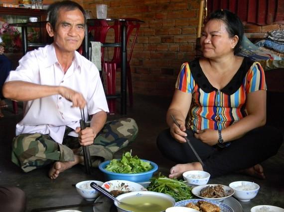 Ông Huỳnh Văn Nén và người vợ của mình.