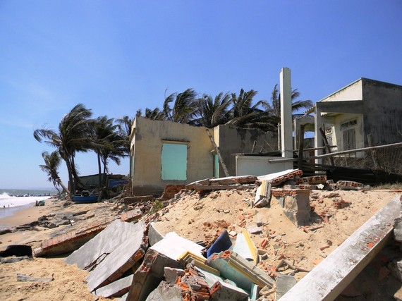 """Các căn nhà bị biển """"nuốt chửng"""""""