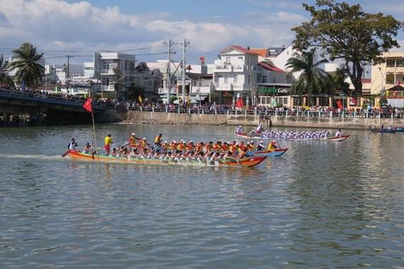 Lễ hội đua thuyền truyền thống của xứ biển Phan Thiết đã đem đến cho người dân và du khách một không khí vô cùng náo nhiệt.