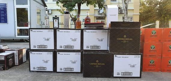 Hàng trăm chai rượu ngoại không rõ ngồn gốc bị ngành chức năng bắt giữ