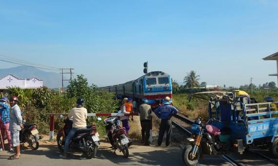 Tàu SE25 bị trật bánh khiến đường sắt Bắc - Nam bị ngưng trệ.