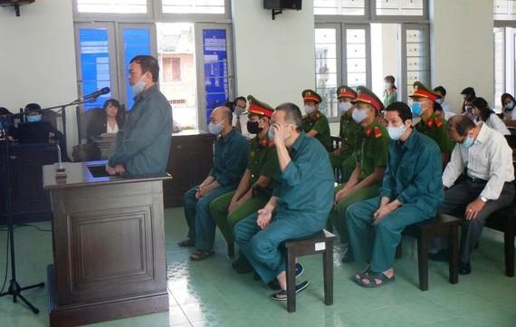 Nguyên Phó Chủ tịch UBND TP Phan Thiết trả lời câu hỏi trước tòa