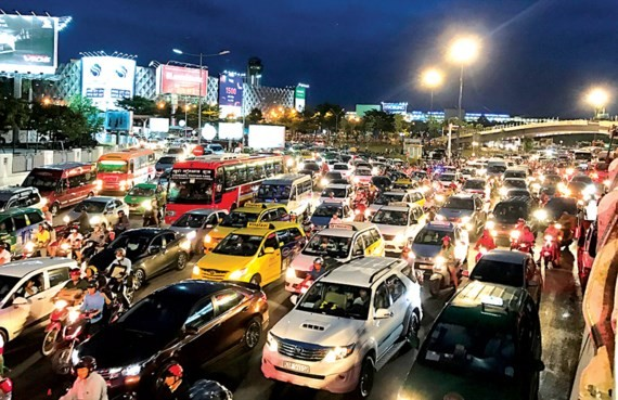 Traffic jam in Truong Son-Hong Ha street, Tan Binh district, HCMC (Photo: SGGP)