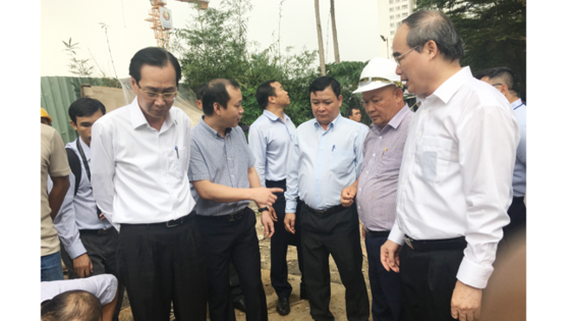 HCMC Party Committee Secretary Nguyen Thien Nhan inspects the pumping system in Nguyen Huu Canh street on September 20 (Photo: SGGP)
