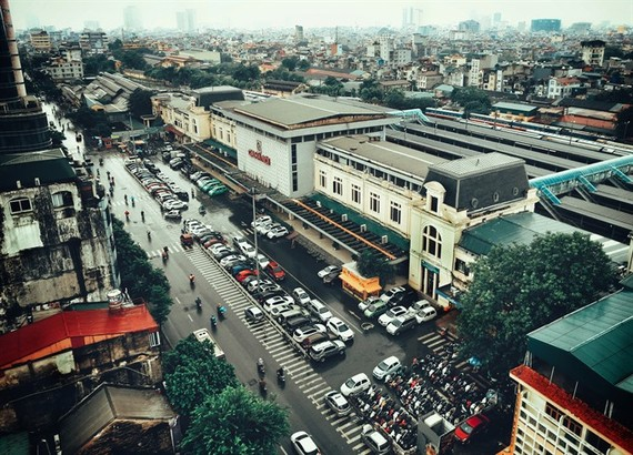 A plan to upgrade the capital's old railway station and surrounding areas into a Japanese-style modern urban depot surrounded by buildings of up to 70 stories has generated opposition from architectural experts. (Photo: VNS)