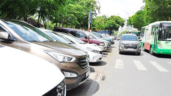 Cars parking in  Le Lai street, downtown HCMC (Photo: SGGP)