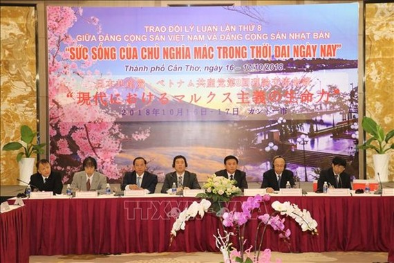 """The Communist Party of Vietnam (CPV) and the Japanese Communist Party (JCP) hold the eighth theoretical exchange workshop, themed """"the Vitality of Marxism today,"""" in Can Tho on October 16. (Photo: VNA)"""