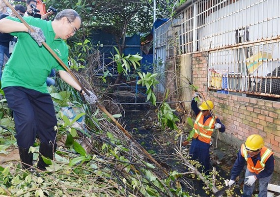 HCMC Party Chief Nguyen Thien Nhan attends in canal cleanup in Binh Thanh district (Photo: SGGP)